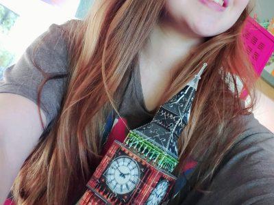 Bonjour je m'appelle  Violette je suis au collège Albert Schweitzer à La Bassée. J'ai pris cet photo devant Big Ben avec mon tee-shirt d'angleterre. J'espère gagner ! Bonne chance à tous !