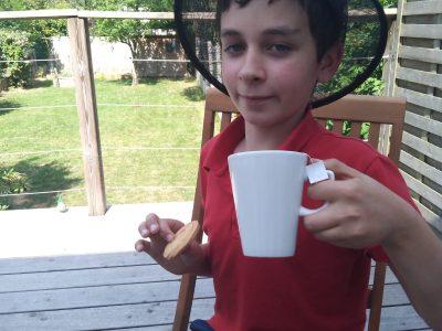 MARCQ-EN-BAROEUL,MARCQ Institution. Moi alias la reine d'Angleterre en train de déguster son thé au lait devant le jardin avec son biscuit. Tea time!