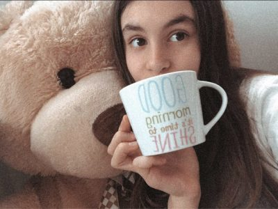 Monaco Colèges Charle III    Sur ma Photo, il y a la tasse pour l'heur du thé et sur mon coté un ours car les oursons c'est le joué principale en Angleterre.