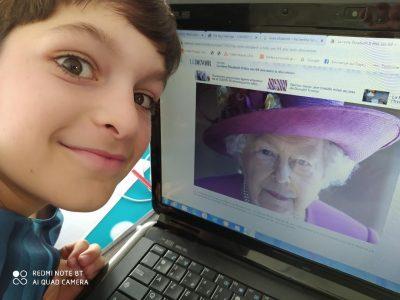 MULHOUSE JEAN XXIII La photo de la reine avec moi pendant le confinement, les distances sont respectées!!!