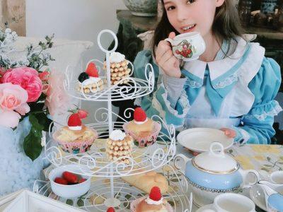 Château-Renault, collège André Bauchaut. J'ai fait une photo du thème > qui fait très anglais, avec des vraies tasse anglaise, un costume d'Alice au pays des merveilles et des roses.
