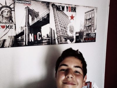 Ville: Villebon-sur-Yvette Nom du collège: collège Île De France  Voici un selfie avec en fond un cadre New York qui selon moi évoque parfaitement l'anglais.