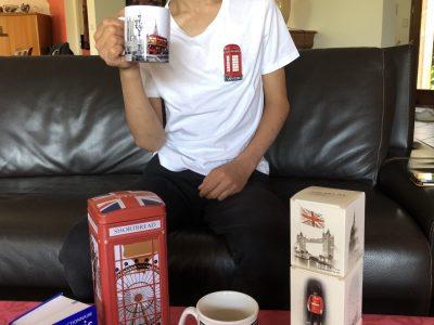 Plaisance du Touch Collège Jules Verne Une boite à biscuit, du thé, des mugs et un pin's, prêt pour le tea time !