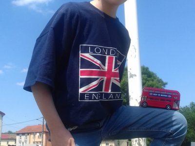 Je m'appele Tristan, je suis au collège Gabriel Pierné à Sainte Marie aux Chaînes. (57)  J'aime beaucoup l'Anglais parce que c'est vraiment sympa et très important de connaître la langue internationale ainsi que la deuxième la plus parlée au monde ! Je souhaite un very BIG CHALLENGE à tout le monde!