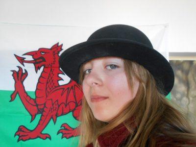 Collège Paul Bert  76400 Fécamp   Je me suis mis un chapeau melon, j'ai mis un manteau qui me fait un peu penser aux uniformes dans les écoles d'Angleterre puis je me suis pris en photos devant un drapeau du Pays de Galle (je suis désolée je n'avait pas d'autres choses pour me prendre en photos …) Voilà !!!