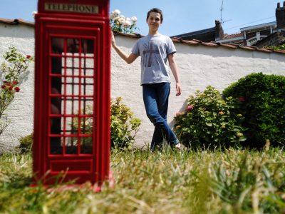 Marcq-En-Baroeul, Marcq Institution Et si nous mettions une cabine téléphonique anglaise dans notre jardin ?