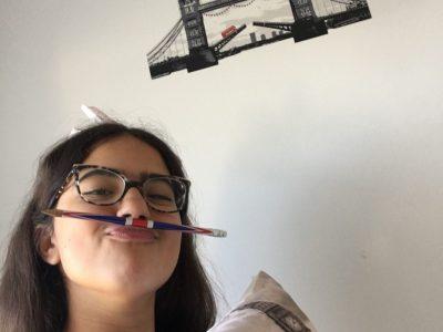 Bonjour, je m'appelle Maya Zouari et je suis au collège Georges Sand à Châtillon. Je suis toujours à Londres grâce à ma chambre décorée avec des éléments de Londres.