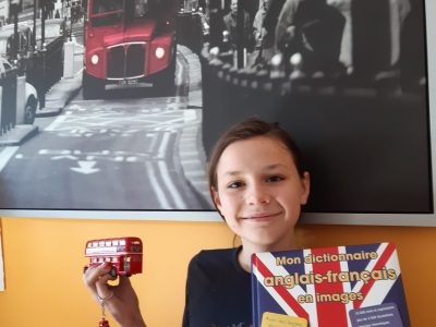Chateauroux, Collège Leon XIII English is fun !  My room is decorated with an English picture, a dobble decker bus and I am dressed with an English Tshirt