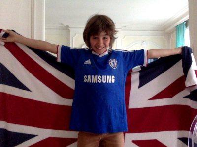 LYON - COLLEGE VENDOME J'ai décidé de me présenter avec une couverture reprenant l'union jack et le maillot de l'équipe de foot de Chelsea qui sont des symboles importants pour moi.