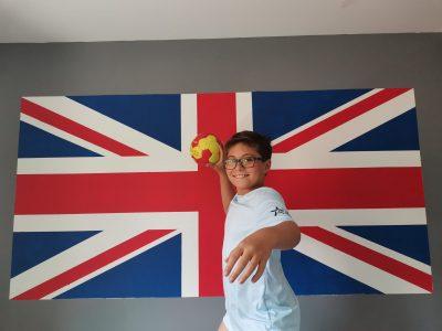 Ville: Béziers Collège: Pic Lasalle  Ma chambre est décorée sur le thème de l'angleterre, mon père m'a peint un drapeau anglais de 2 m * 1 m. Je l'adore. Je suis fan de handball également.