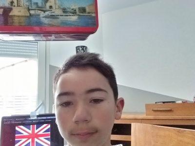Ville de VERDUN (55100) - Collège Saint-Jean Glorieux - Me voici en photo (Enzo VELASCO - 5ème C), avec derrière moi le drapeau de L'Union Jack - J'ai aussi mis une boîte avec la photo du Tower Bridge de Londres.