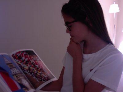 Aix en Provence  Sacré coeur  je lis mon magazine le plus cher a mes yeux