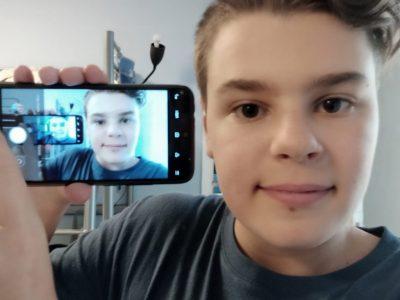 """Je vais au Collège des Baous de Saint Jeannet. Mon idée pour la selfie était de prendre un truc insolite, et je me suis dit: """"Pourquoi ne pas faire comme dans Inception?"""". Puis j'ai pris mon téléphone et commencé à faire plein de prises jusqu'à la meilleure entre toutes."""
