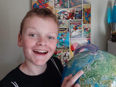 PERENCHIES - College SAINTE MARIE  Un globe terrestre avec le doigt pointait  sur Londre et un tableau de BD en anglais.