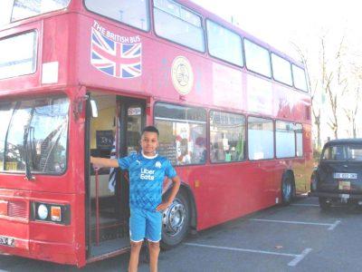 Je suis au collège Ste Thérèse La Salle à Frontignan.Petite photo souvenirs a coté d'un bus anglais! Pas pret d'oublier ce magnifique voyage ! I love england ;)