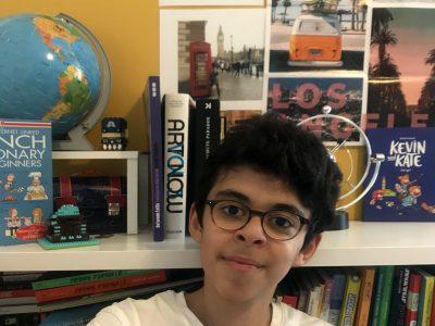 """Paris 75014 Collège François Villon  """"C'est une photo de moi dans ma chambre avec derrière moi des livres et des photos souvenir de moi à Londres avec ma famille en 2015."""""""