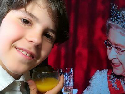 Un petit toast avec la reine !  Ambarès-et-Lagrave Collège Claude Massé