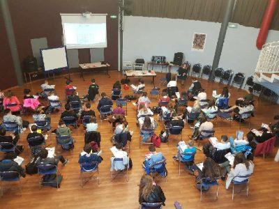 comment passer le concours dans une salle de conférence silencieuse , spacieuse et illuminée par le soleil du Sud!Collège de St Jeannet avec le Baou en face, montagne à escalader pour nos élèves sportifs.