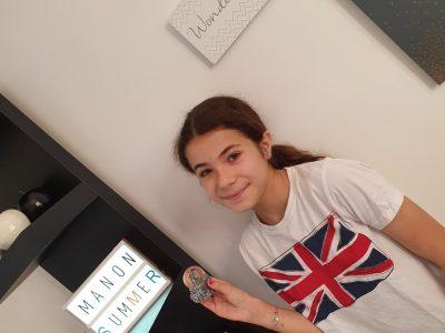 Ville : BASTIA et le nom : Collège GIRAUD. Ma photo a été prise dans ma chambre avec pour décor : mes cadres (ecrient en anglais), mon tee-shirt (avec le drapeau de l'Angleterre) et une de mes boules a neige (qui elle vient de New York).