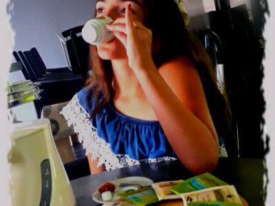 Mon collège se trouve dans la ville de Sées et se nomme Marie-Immaculée. J'ai créé cette photo car le thé me fait penser à l'Angleterre puisque la reine Elizabeth II boit son thé tous les jours et je trouve cela très royal. J'ai choisit de lever le petit doigt car je pense que c'est comme ça que font les grandes dames comme la reine. J'espère que ma photo vous aura plus. Lola Campos