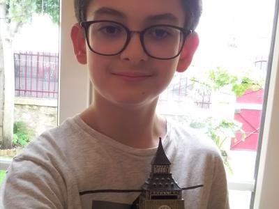 Bonjour je viens de Toulon et je suis dans l'institution Notre-Dame en Classe de cinquième. Je tiens Big Ben dans ma main car c'est pour moi quelque chose qui représente bien l'Angleterre.Je suis déjà allez à Londres et j'ai trouvé que c'était une belle ville.J'ai vu notamment Tower bridge, la maison du parlement et bien d'autres choses.