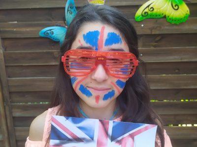 JE SUIS SARAH BORDIGNON  DE LA CLASSE 6°A à L'ECOLE LES MARISTE TOULOUSE.Sur cette photo j'ai mis la couronne   de la reine d'Angletaire les lunette rouge pour une des couleurs du drapeau d'Angletaire et le maquillage représentant le drapeau  J'espère que la photo vous à plus  Merci