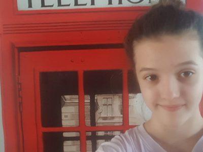 Beaupréau-Charles de Foucault Vêtue de mon tee-shirt London, un téléphone pour mon selfie dans une cabine téléphonique londonienne !!