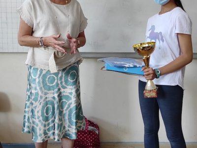 Camille Jest est arrivée 1ère nationale au concours du Big Challenge et Madame Debats, directrice du Collège St Joseph du Parchamp à Boulogne Billancourt lui remet ses prix. Bravo Camille!!!