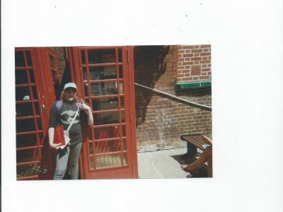 volx college andré ailhaud .  Moi a coté d'une ancienne cabine téléphonique a canterbury . Un moment inoubliable !