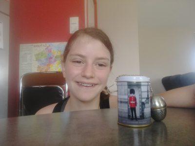 Collège la Vigière à St Flour (Cantal) J'ai choisi la boîte à thé parce que les anglais boivent beaucoup de thé et qu'il y avait une photo d'un garde de la Reine.