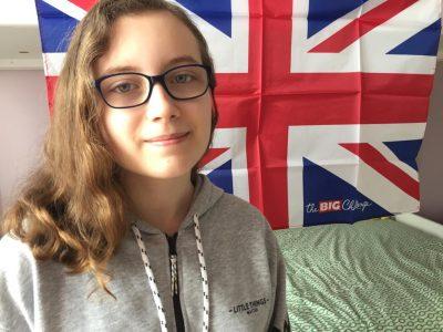 Je suis au collège Cécile Sorel à Mériel, je n'ai pas l'habitude des selfies mais ça m'a fait penser au drapeau du Royaume-Uni que j'avais gagné l'année dernière ou avant comme prix pour le Big Challenge alors j'ai quand même essayé. J'avoue que j'ai pas vraiment mis d'effort dans cette photo, je suis pas douée pour les selfies et je n'aime pas non plus en poster sur les réseaux sociaux, je préfère photographier des objets (je sais c'est pas très valorisant).