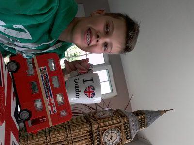 Collège Gustave Doré, Hochfelden            Voici mon selfie ci-dessus: Pull de l'Irlande, tasse I love Great  Britain, bus de Grande-Bretagne en lego, réveil Grande-Bretagne et Big Ben en puzzle 3D