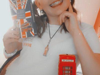 Collège Jean Jaures à Aire sur la lys   Dans ma photo j'ai mis un dictionnaire anglais et autour de mon cou j'ai mis un collier avec BIG BEN. Et devant moi se trouve le fameux bus à double étage, le taxi et la cabine téléphonique.