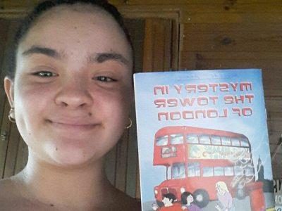 Sainte - Suzanne, 97441, Collège Quartier Français Lucet Langenier.  Voici un selfie de moi avec un livre du Big Challenge que j'ai reçu l'année dernière qui était très intéressant et qui m'a appris de nouveaux mots en anglais.