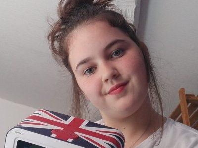 VILLE: Roujan NOM DU COLLEGE: collège Boby-Lapointe bonjours sur la photos je vous montre mon réveil qui vient de London (Angleterre) et je me suis mis du rouge sur mes lèvre pour qu'il y est un rapport avec la couler du drapeau. au revoir