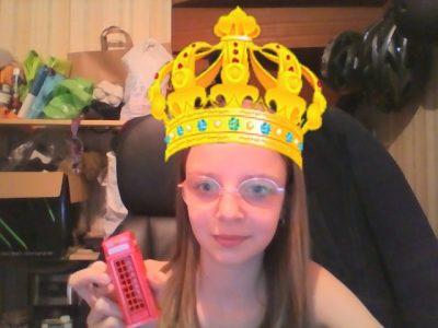 Lens college Ste Ide  La couronne pour la reine et la cabine téléphonique typiquement anglaise