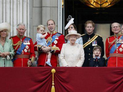Soisy-sous-Montmorency Collège Albert Schweitzer   Voici la Reine Elisabeth II et sa famille en grande tenue pour remercier le public venu les voir et célébrer l'anniversaire de la reine.