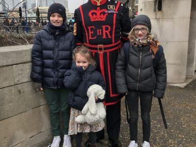college saint jean baptiste de la salle à Valenciennes  je suis partis à Londres avec mes deux soeurs et mes parents, la photo a été prise à la tour de Londres avec un garde.