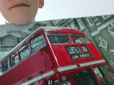 j'habite a Vasteville, je suis au collège le Hague dike,pour ma photo je me suis pris en photo avec un cadre avec un bus londonien