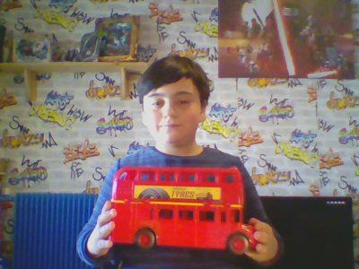 Mon collège est à paris et le nom : collège saint Vincent . ( groupe la Madone ) petite photo avec le bus londonien