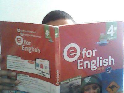 Ville:Carpentras  Nom: Rajeh     Ce garçon lit un lit un programme d'ecole  educatif