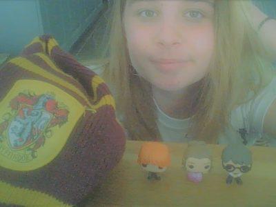 Harry Potter: j'ai mit mes 3 petites POP en 1er plan et mon écharpe Griffondor aussi. bonne journée