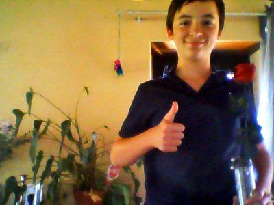 Je m'appelle Ewen. Je suis au Collège Jean Cassaigne à Mont-de-Marsan dans les Landes. J'ai dans la main la Rose Anglaise, symbole de cette grande patrie que j'aime tant