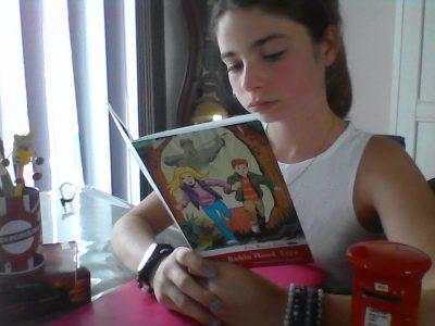 BAILLEUL Collége Maxime DEYTS Océane qui lit The Robin Hood Tree, accompagné de son pot à crayon Undergrood et de sa tirelire boite postale anglaise et ses livres Harry Potter