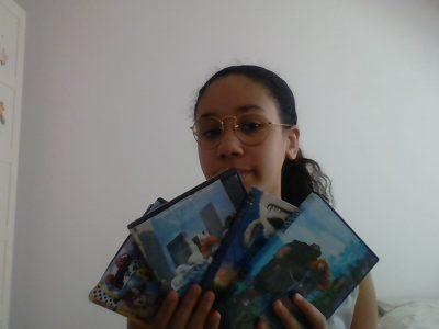 Mon collège s'appelle Saint Louis à Villemomble. Je me suis prise en photo avec des DVD anglais que j'ai acheté quand je les regardes je pense toujours à l'anglais. Nayla Sid Rouhou