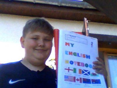 moreuil paris thomas collège jean moullin   c'est un image de moi avec mon cahier d'anglais