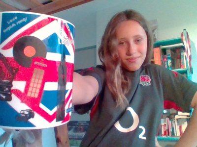 Lentilly collège Jacque Cœur  Avec mon maillot de l'équipe de rugby d'Angleterre ;) God save Telma !