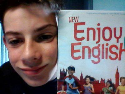 Caussade, collège saint Antoine :  J'adore l'anglais car c'est bien de connaitre d'autre langues, l'anglais est pour moi une langue très facile à apprendre !