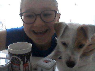 """Bonjour, je suis à Annecy collège Saint-Michel. J'ais pris une photo avec du thé ( qui vient de Londres ) dans une tasse """"Londres"""" et mon chien qui est un Jack Russel, une race de chien qui vient d'Angleterre."""