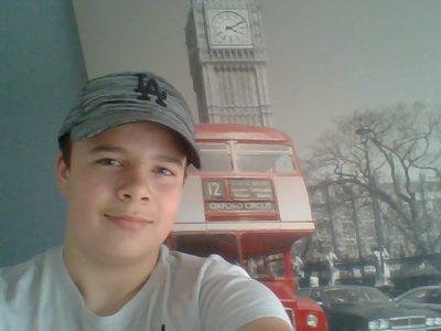 Tilly Sur Seulles, Collège du bois d'orceau, J'ai pris un selfie à côté de mon tableau de Big Ben et du trafic typiquement anglais avec les bus à deux étages de Londres.